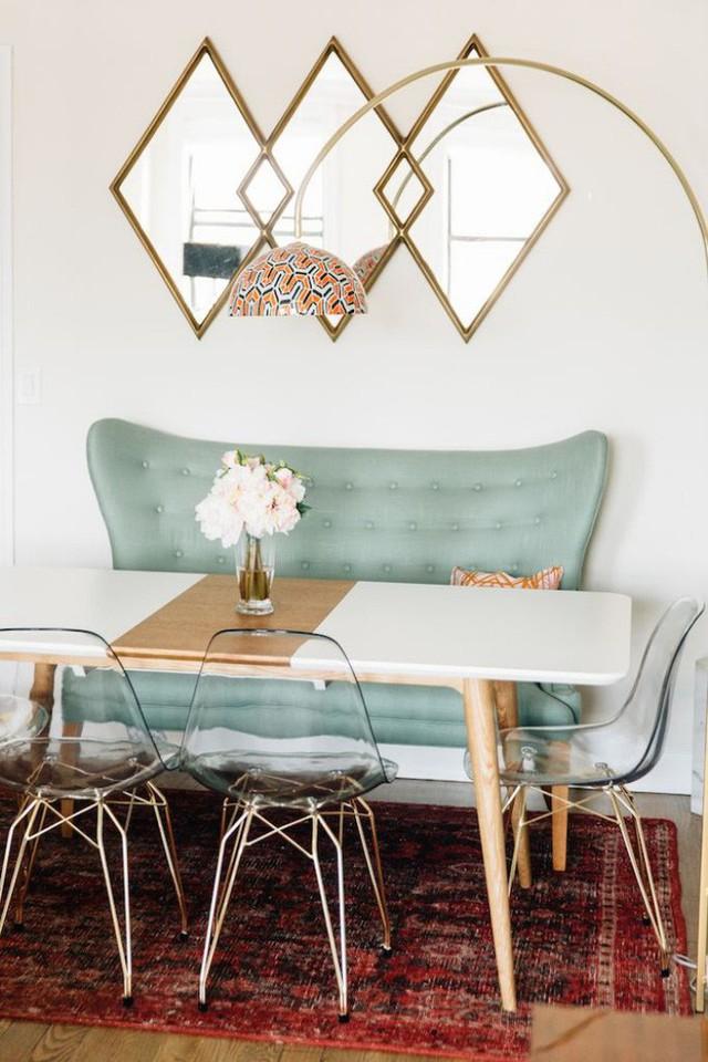 Ngoài việc sơn, bạn có thể trải khăn bàn với màu sắc và họa tiết bắt mắt, giúp không gian ăn uống đẹp nhẹ nhàng và mềm mại hơn.