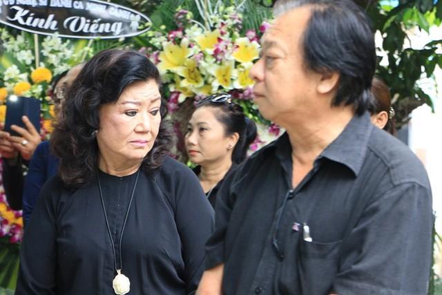 Nghệ sĩ Nhân dân Kim Cương (trái) và NSND Trần Ngọc Giàu dự lễ tang. Kim Cương là người đưa Ngọc Hương vào bệnh viện khám và phát hiện bà bị ung thư vào ngày 29/11, chỉ một ngày trước khi nghệ sĩ qua đời. Nghệ sĩ Nhân dân vốn định cùng các đồng nghiệp lập một quỹ để giúp Ngọc Hương điều trị bệnh tình.