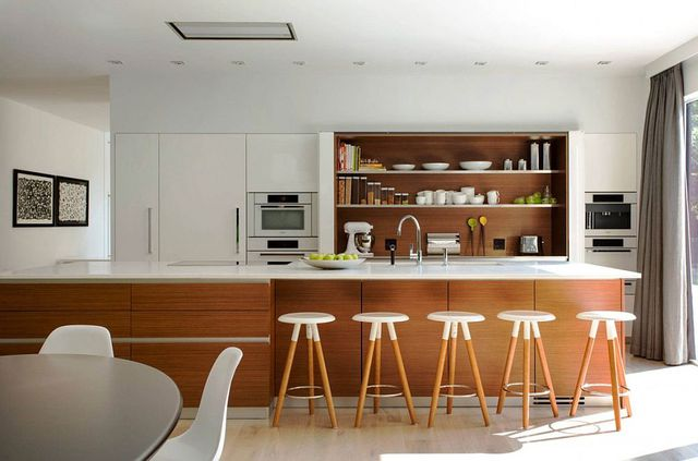 Góc bếp thoáng sáng, rộng mở tầm nhìn ra thiên nhiên xung quanh nhờ bức tường kính.