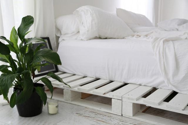 7. Không gian gác xép thường rất eo hẹp về chiều cao. Nhưng nếu kê đệm trực tiếp lên mặt đất thì thường sẽ khiến chúng ta rất hay có cảm giác mệt mỏi. Vậy thì giải pháp chính là sử dụng những tấm gỗ pallet làm giát giường để kê đệm lên.