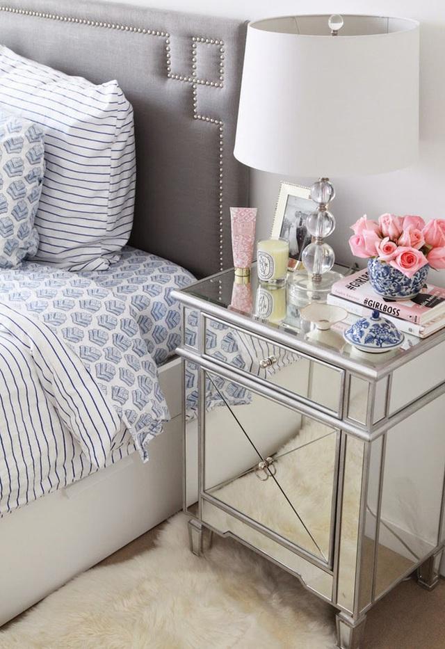 7. Những chiếc tủ đầu giường cũng là một thứ cần thiết lắm với bọn con gái chúng mình.