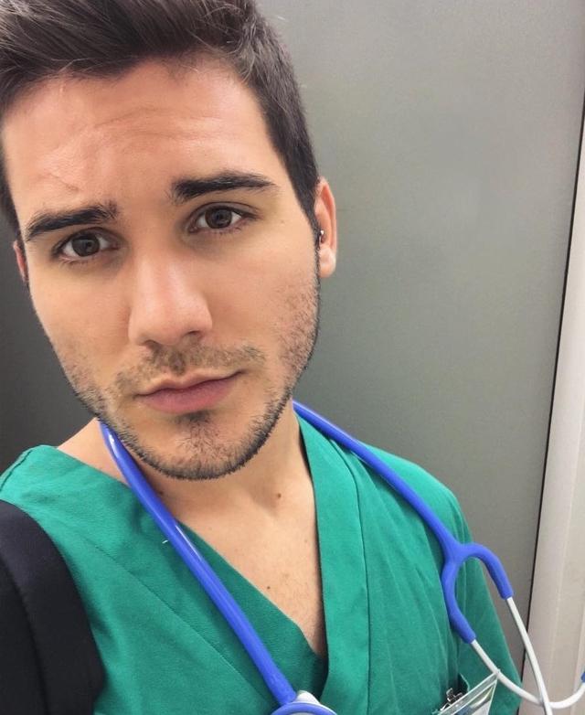 Vẻ ngoài điển trai của nam bác sĩ người Tây Ban Nha.