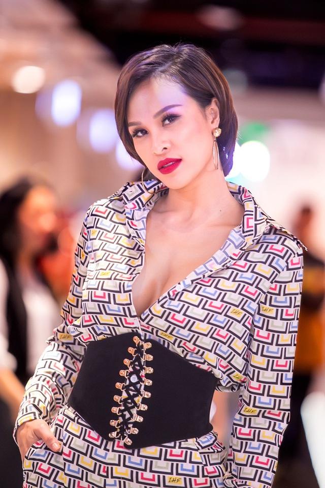 Cô khiến mình trở nên quyến rũ hơn bằng cách mix với phụ kiện thắt lưng to bản và để trễ cổ áo.