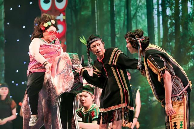 Một cây đại thụ khác xuất hiện trong live show là NSND Ngọc Giàu. Ở tuổi 72, bà vẫn rất minh mẫn và giữ nét duyên sân khấu.