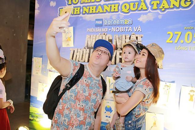 23/5/2016, Gia Bảo đưa vợ và con gái Grammy dự một buổi ra mắt phim. Gia đình nhỏ của nghệ sĩ hài mặc áo đồng phục họa tiết ngộ nghĩnh, trông rất vui vẻ, hạnh phúc.