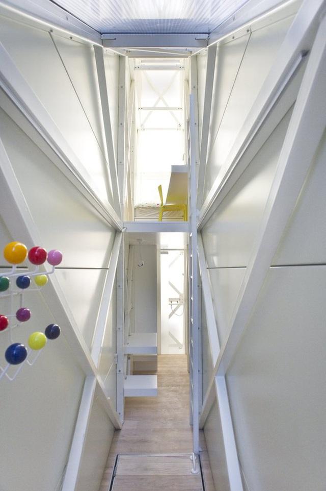 Không gian sinh hoạt trong nhà hết sức đơn giản, trong đó tầng 1 bao gồm nơi tiếp khách, bồn cầu