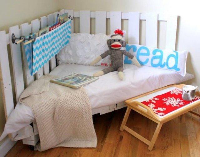 8. Góc đọc sách và chơi đùa của bé được đóng bằng những thanh gỗ pallet. Thậm chí còn có hàng rào màu trắng đáng yêu bao quanh nữa chứ.
