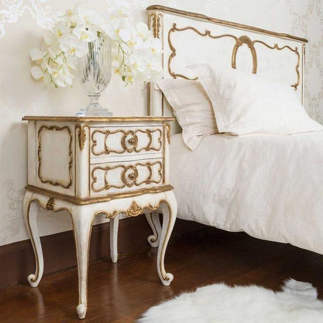 8. Từ giường ngủ đến tủ đầu giường đều đồng nhất về phong cách thiết kế đầy nữ tính, thanh lịch.