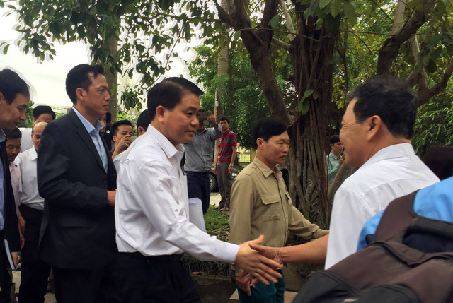 Chủ tịch Hà Nội vui vẻ bắt tay đại diện lãnh đạo, nhân dân xã Đồng Tâm.