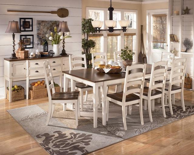 6. Phòng ăn mộc mạc này có cái nhìn trong trẻo và đơn giản. Tấm thảm màu kem là sự lựa chọn hoàn hảo vì nằm giữa hai đầu quang phổ được thể hiện bởi ghế trắng và mặt bàn bằng gỗ.
