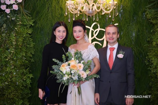Người mẫu Trần Thanh Thủy có mặt rất sớm để chúc mừng Kha Mỹ Vân đi lấy chồng.