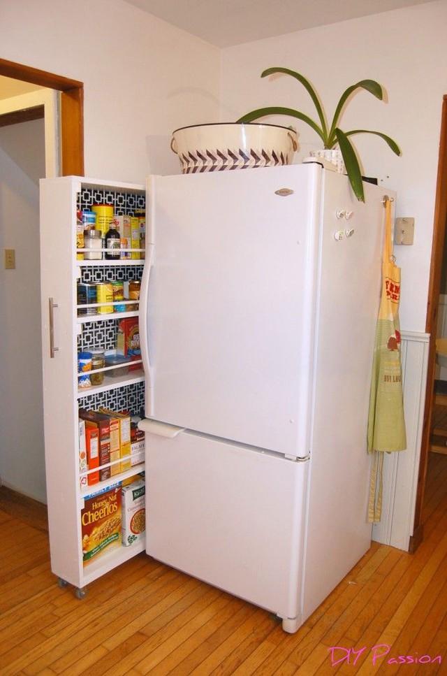 8. Một chiếc tủ lạnh được gắn thêm một thanh kéo bằng gỗ với chiều rộng hẹp nhưng lại giúp chủ nhà tận dụng được diện tích và sắp xếp rất nhiều bánh kẹo và đồ ăn phía trong.