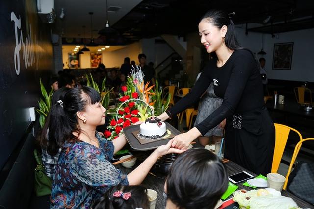 Đây cũng là dịp đăc biệt trùng với sinh nhật của mẹ cô nên Maya cùng mọi người đã âm thầm chuẩn bị một món quà đặc biệt cho mẹ.
