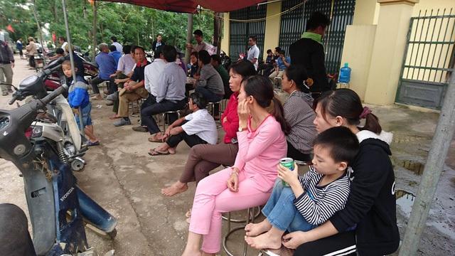 Người dân tập trung ở đầu làng lắng nghe nội dung buổi đối thoại qua loa truyền thanh.