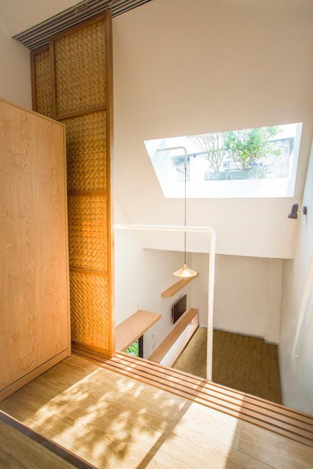 Căn nhà sử dụng cửa kéo cho các phòng để tiết kiệm không gian cũng như tạo sự thông suốt mà việc sử dụng tường bê tông không có được.