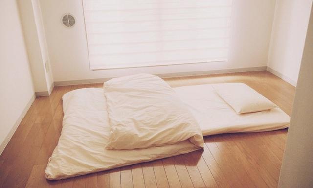 Phòng ngủ xinh xắn, gọn gàng của anh.