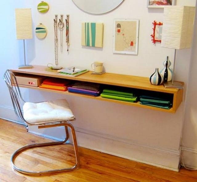 Bạn vẫn có một chiếc bàn làm việc, đọc sách thoải mái trong không gian phòng ngủ chật hẹp khi sở hữu chiếc bàn có ngăn nhưng không chân này.