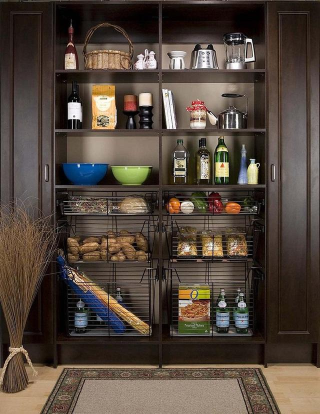 9. Các khung sắt thoáng và rỗng giúp bạn lưu trữ thêm cả những đồ ăn như khoai, bí đỏ … để tích trữ lâu dài.