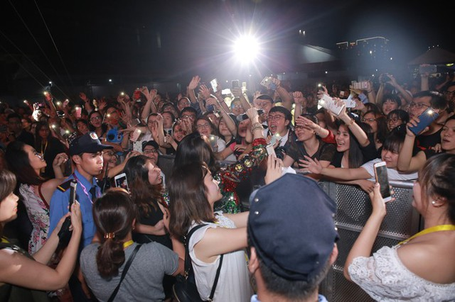 Khi xuống khu vực khán đài, Mỹ Tâm được fan vây quanh bắt tay.