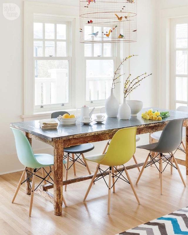 Màu sắc tươi mát của những chiếc ghế góp phần không nhỏ cho góc dùng bữa của gia đình thêm phần sinh động.