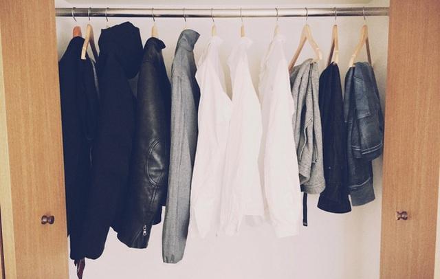 Nơi treo quần áo cũng đơn giản không ngờ.