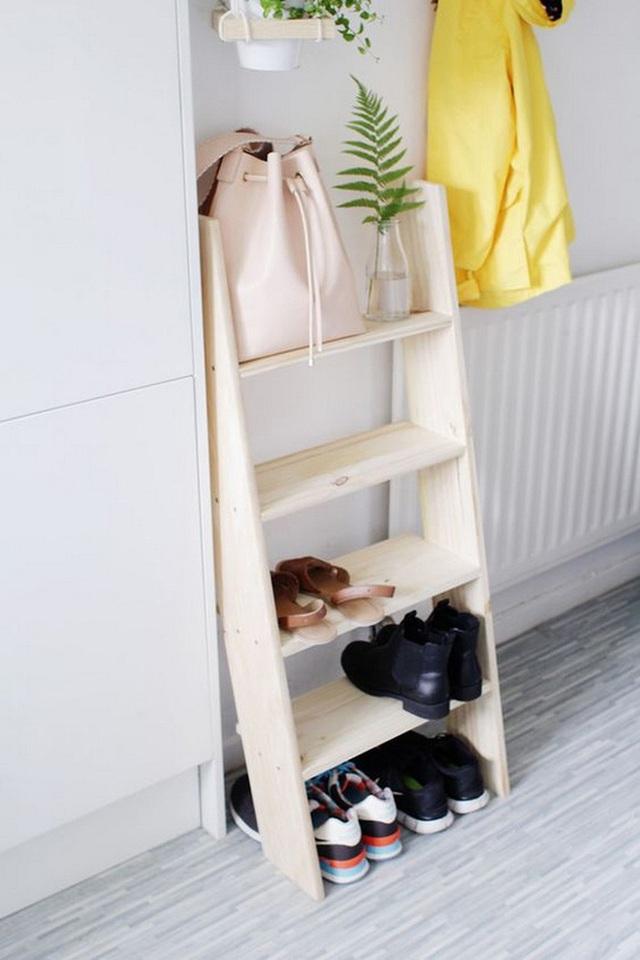 Vẫn có một chỗ lưu trữ giày dép, túi xách dạng bậc thang vừa vặn trong phòng ngủ nhỏ xíu nữa.