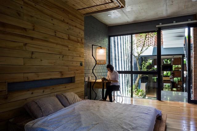 Không gian giường ngủ sử dụng nhiều vật liệu gỗ tạo cảm giác ấm áp cho căn phòng.