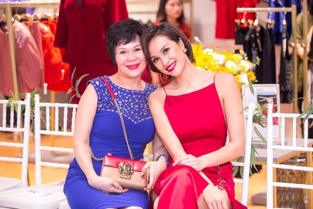 Chân dài rất vui vì có mẹ đồng hành. Thời gian gần đây, mẹ Phương Mai thường xuyên xuất hiện cùng con gái bởi muốn ủng hộ con về mặt tinh thần trong lúc con gái làm việc.