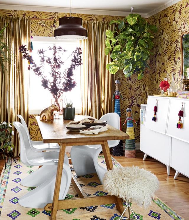 10. Phòng ăn trang trí đơn giản với những vật dụng cần thiết, thêm một giỏ cây, chậu cây đặt ngay ở khung cửa sổ, không gian sẽ bừng sáng và bắt mắt hơn.