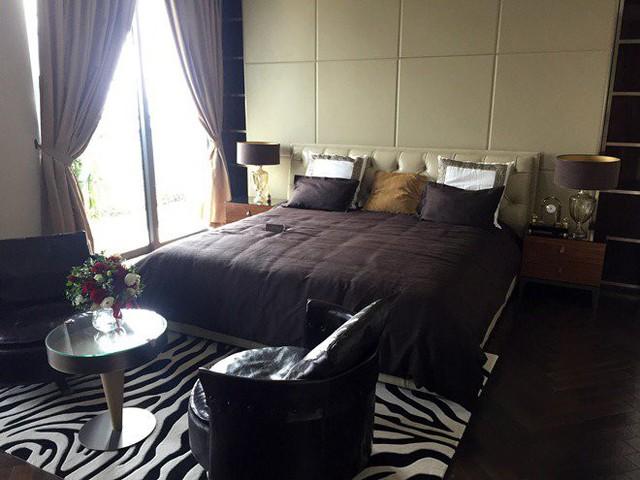 Chiếc giường của Seungri cũng được thiết kế đồng bộ với tông màu nội thất phòng khách.