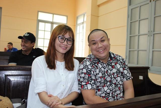 Vợ chồng Gia Bảo - Thanh Hiền gây bất ngờ khi cùng nhau tươi cười, xuất hiện tại phiên tòa của diễn viên Ngọc Trinh kiện Nhà hát kịch TP HCM. Việc này khiến nhiều người cho rằng cặp đôi đã hóa giải mâu thuẫn và quay về bên nhau.