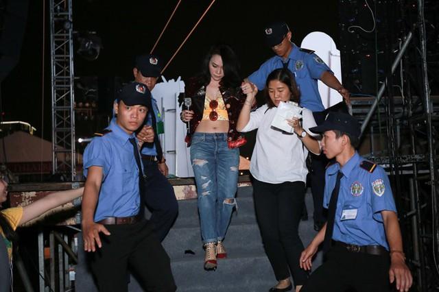 Cô được trợ lý dìu đi và lực lượng bảo vệ theo sát sau khi hoàn tất màn biểu diễn.