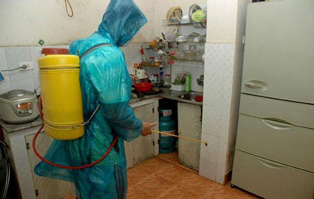 Những gia đình nằm trong khu vực ổ dịch thì được phun thuốc diệt muỗi mà không mất phí. Nếu nơi nào phun hóa chất chống dịch thu tiền thì không phải lực lượng chống dịch của ngành Y tế. Ảnh minh hoạ
