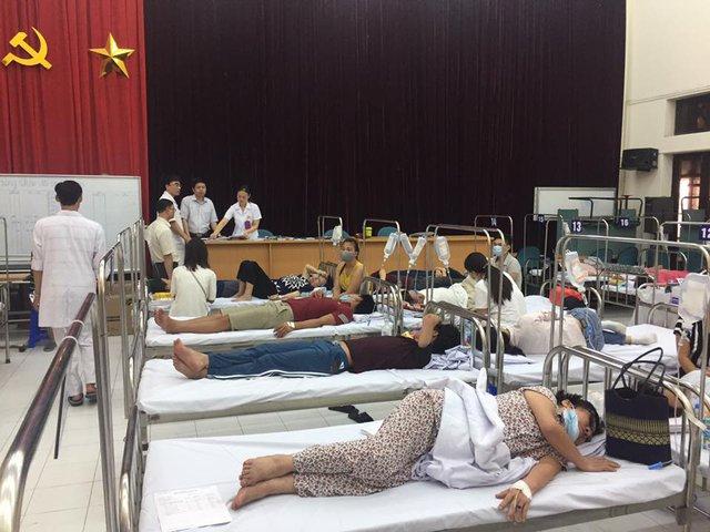Bệnh nhân nằm điều trị tại Trung tâm điều trị ban ngày (vốn là hội trường) - Bệnh viện Bệnh nhiệt đới Trung ương.