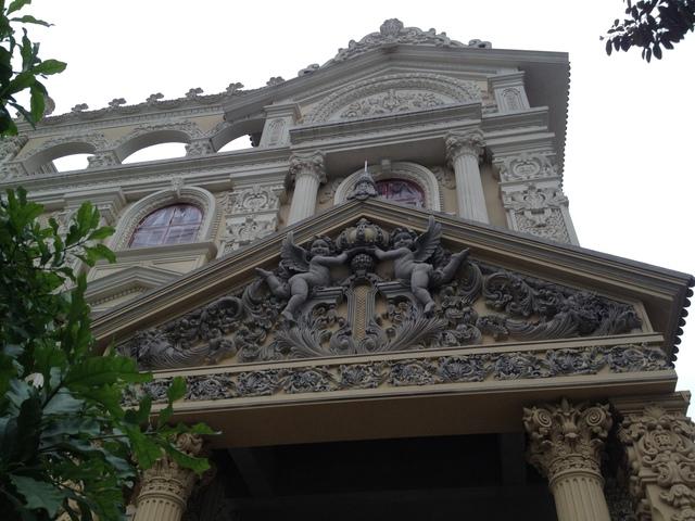 Bức phù điều với hai thiên thần ở giữa sảnh lầu 2 và 3 của lâu đài. (ảnh HC)