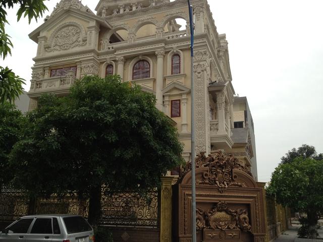 Tòa lâu đài với 3 mặt tiền trong khu đô thị Đại Thanh (Tả Thanh Oai, Thanh Trì, Hà Nội) đã cơ bản hoàn thành phần xây dựng, đang được hoàn thiện nội thất bên trong. (ảnh: HC)