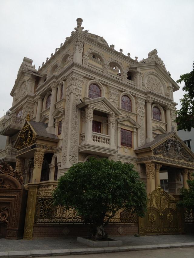Tòa lâu đài này được giới bất động sản cho biết có giá trị nhiều chục tỉ đồng, có kiến trúc cầu kỳ, ấn tượng. (ảnh: HC)