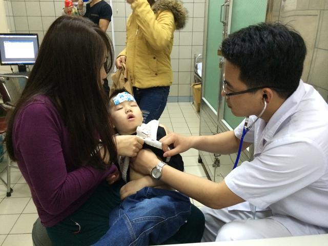 Cho quạt và điều hòa chiếu thẳng vào người bé cũng là nguyên nhân khiến bé bị nhiễm lạnh dẫn tới nhiễm trùng đường hô hấp, viêm phổi. Ảnh minh họa