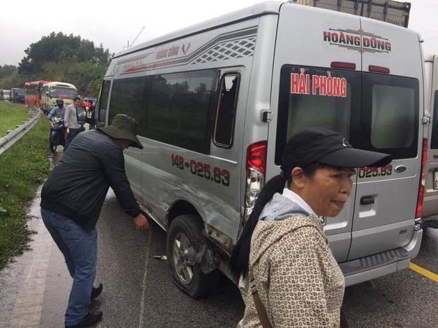 Vụ tai nạn khiến cho nhiều hành khách hoảng loạn và ùn tắc giao thông kéo dài. Ảnh: (Bạn đọc cung cấp)