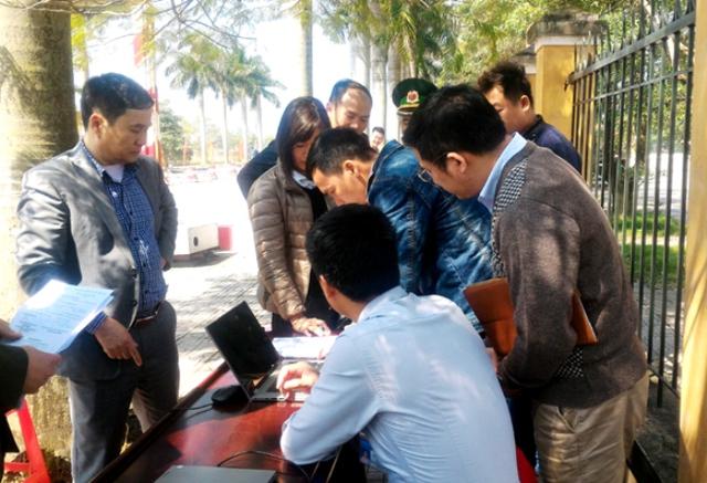 Đoàn công tác liên ngành tỉnh Quảng Ninh xử phạt xe du lịch không có hướng dẫn viên. Ảnh: N.Huyền