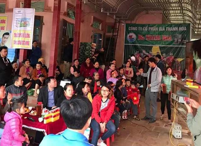 Người dân tập chung trật cứng tại nhà ông Khánh để chuẩn bị cổ vũ cho đội tuyển