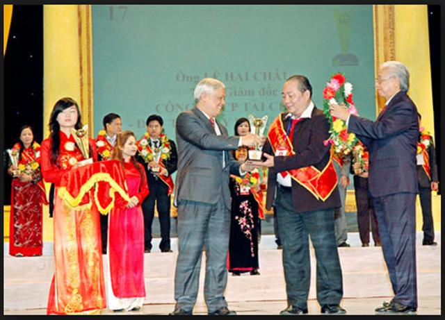 Ông Lê Hải Châu nhận Cúp vàng: Vì sự nghiệp phát triển cộng đồng và giải thưởng Nhà quản lý xuất sắc thời kỳ đổi mới.