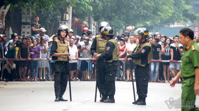 Cảnh chốt chặn hai đầu đường Hồng Bàng. Ảnh: Vietnamnet
