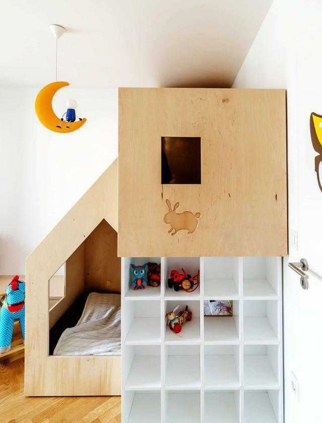 Thiết kế lưu trữ đồ chơi thú vị với từng ô trống bằng nhau cho các bé thoải mái lựa chọn.
