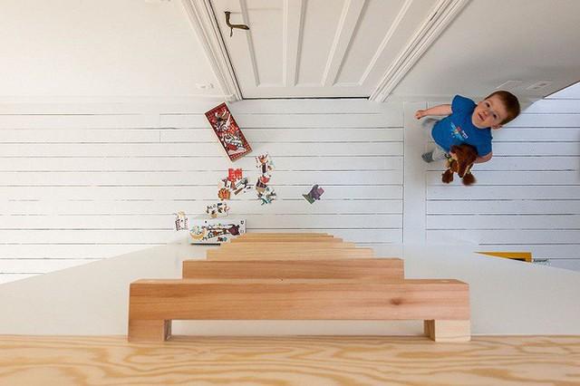 5. Những thanh gỗ đơn giản dẫn đến gác xép với nhiều đồ chơi.
