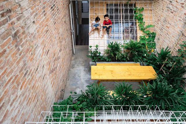 Sân thượng thiết kế thông minh, vừa an toàn, vừa xanh mát, lại giúp cả nhà có chỗ chơi.