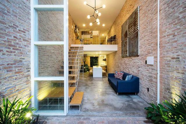 Ngôi nhà này chỉ gồm 1 lầu, 1 lửng cho tất cả không gian sinh hoạt và không gian làm việc nhưng nhờ thiết kế hợp lý mà tiện dụng và đảm bảo được sự riêng tư cần thiết của các không gian.