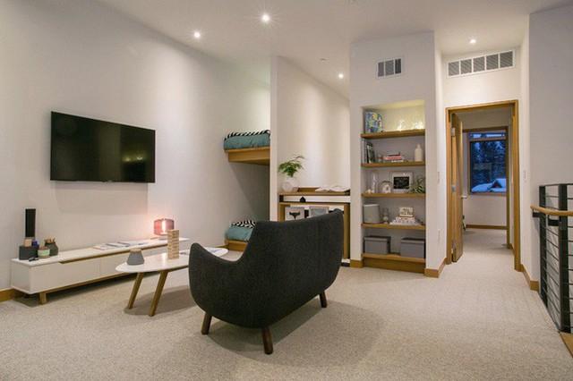 Điều này giúp chủ nhân ngôi nhà thỏa sức sắp xếp và trang trí không gian còn lại trong phòng theo ý thích của mình.