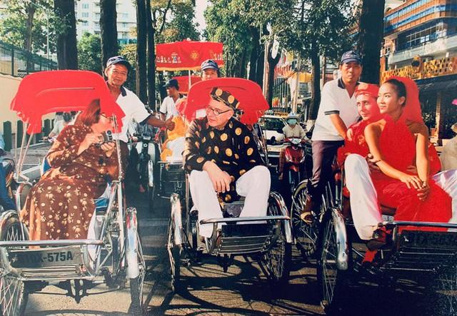 Đoàn rước dâu bằng xích lô trên đường phố Sài Gòn.