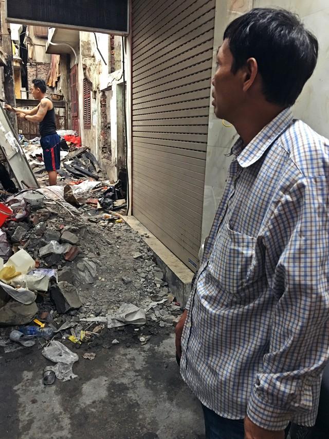 Mọi tài sản, vật dụng và cả những đồ kỉ niệm của gia đình ông Khương bỗng chốc bị lửa thiêu rụi trong phút chốc.